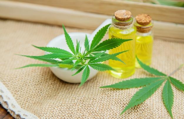 大麻のハーブや葉のトリートメントブロス、チンキ剤、エキス、オイル。