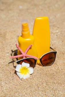 ビーチで日焼け止め。日焼け止め。セレクティブフォーカス。