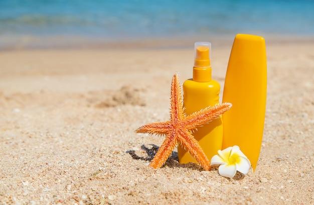 Солнцезащитный крем на пляже. защита от солнца. выборочный фокус.