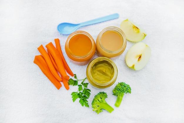 Детская еда. пюре из овощей и фруктов в банках