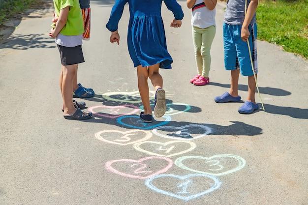舗装上の子供の石けり遊び