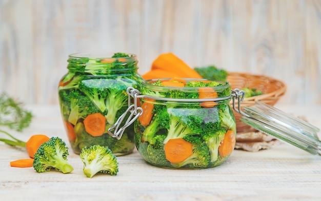 Консервирование брокколи с морковью в банках