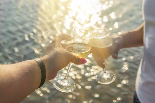 海辺でワインを飲む