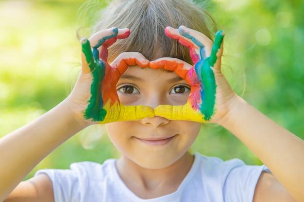 塗装の手と足を持つ子供
