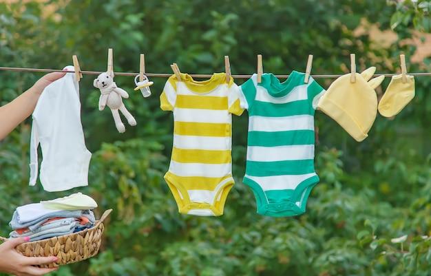 ベビー服を洗う、リネンは新鮮な空気で乾く