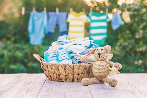Стирка детской одежды, белье сохнет на свежем воздухе