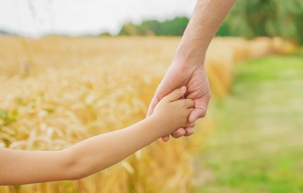 Ребенок и отец в пшеничном поле.