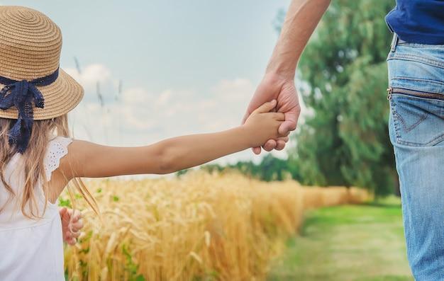 麦畑の子供と父親。