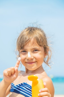 Солнцезащитный крем на коже ребенка
