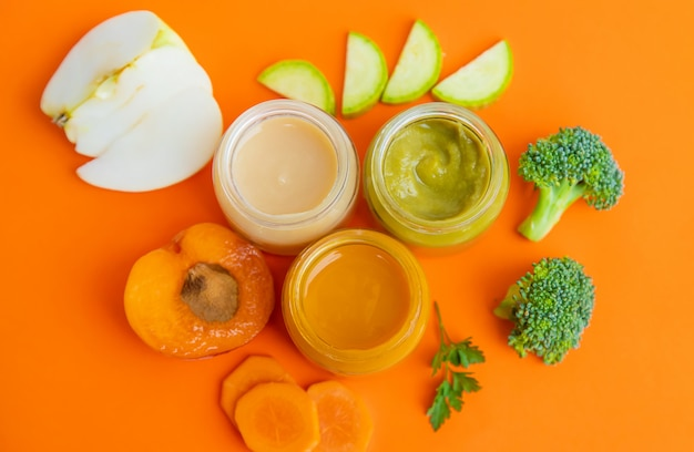 Детское питание в маленьких баночках.