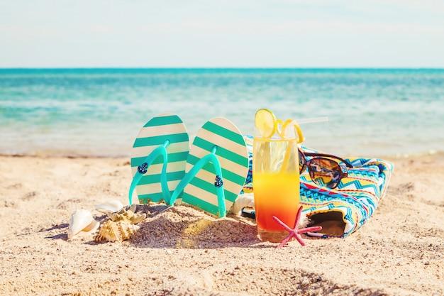 Пляж фон с коктейлем на берегу моря. выборочный фокус.