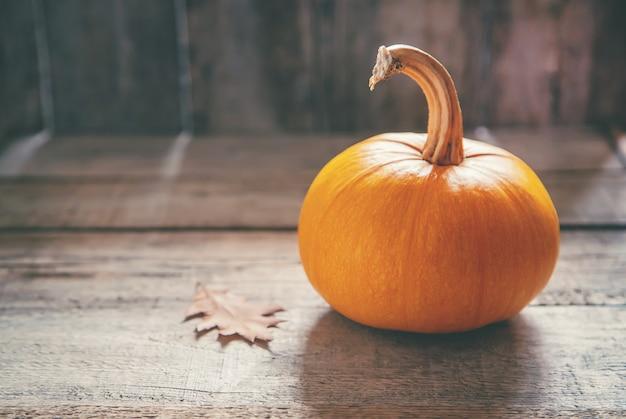 カボチャと秋の背景。感謝祭。セレクティブフォーカス。
