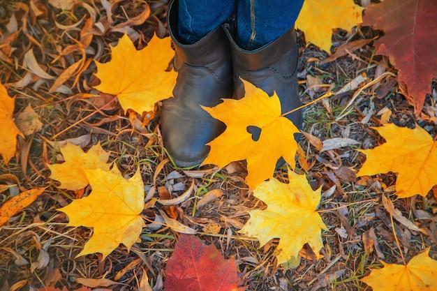 秋の公園で子供たちを残します。セレクティブフォーカス。