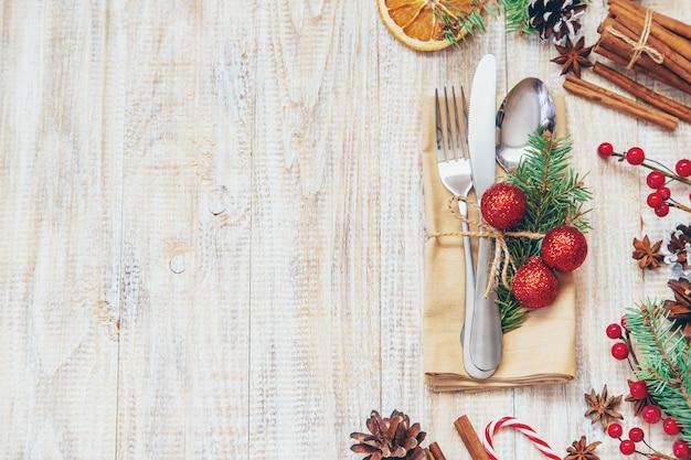Рождественская композиция с сервировкой стола