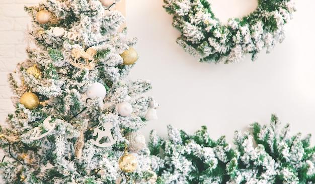 ツリーのクリスマスの装飾。セレクティブフォーカス。