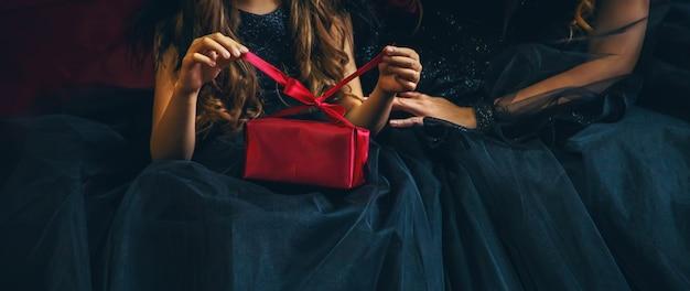 休日のプレゼントを持つ少女。