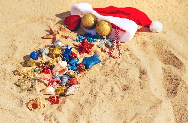 Новогодний фон на пляже с раковинами на песке.