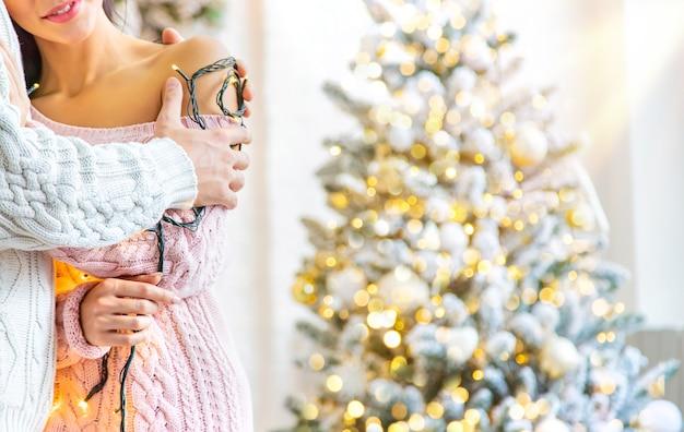 愛好家の男性と女性のクリスマスの背景、選択と集中。