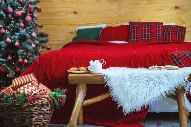 Рождество какао с маршмеллоу и конфеты. выборочный фокус.