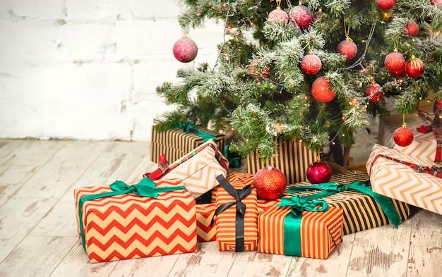 装飾とギフトのクリスマスツリー。セレクティブフォーカス。