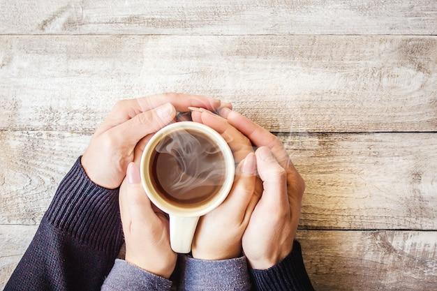 Чай в руке. влюбленные вместе. выборочный фокус.