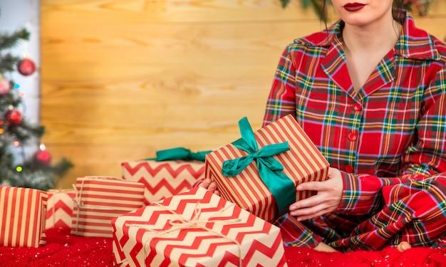 Рождественское утро, девушка с подарками в руках. выборочный фокус.