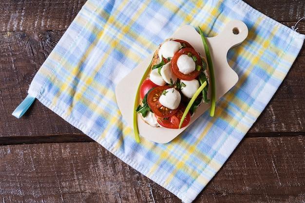 Бутерброды или тапас с хлебом, сливочным сыром, овощами, вкусной начинкой.