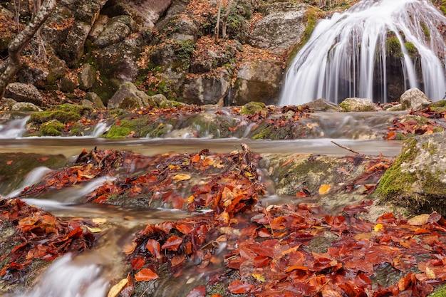 ロシア、クリミア半島の山の中の滝。