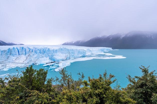 Ледник перито морено в национальном парке лос гласиарес в апреле. аргентина, патагония
