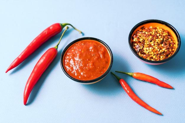 自家製の赤いハリッサペースト、唐辛子のスパイス、新鮮な赤唐辛子。