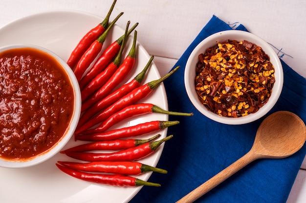 自家製の赤いハリッサペースト、唐辛子のスパイス、新鮮な唐辛子。