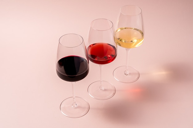 Стакан красного вина и бокал розового вина и бокал белого вина