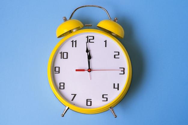 黄色のレトロなスタイルの目覚まし時計