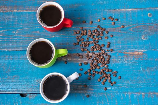 古い木製の上のブラックコーヒーカップ、
