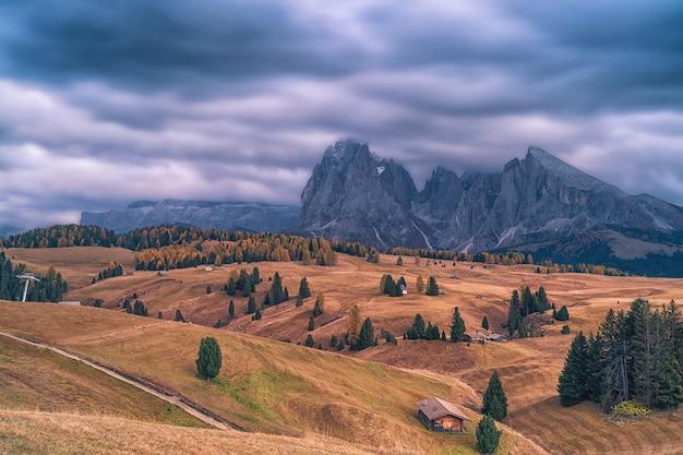 Осенний горный пейзаж в доломитовых альпах, италия.