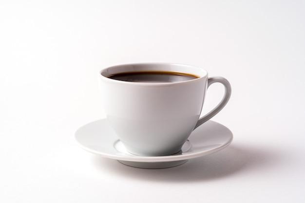 Кофейная чашка на белом.