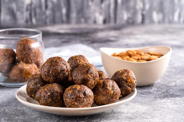Фруктовые и ореховые энергетические шарики в тарелке