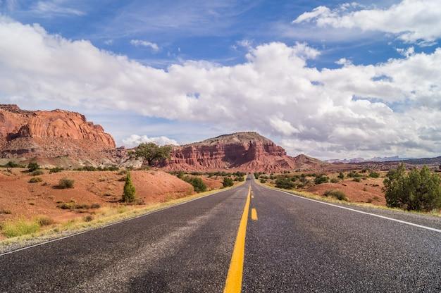アメリカ南西部の雄大な道