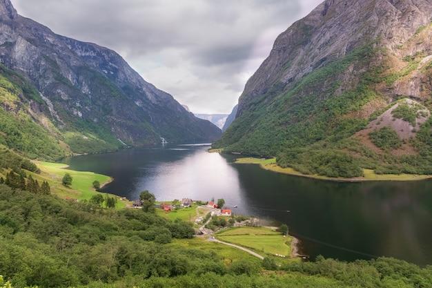 旅行コンセプトノルウェーの有名なソグネフィヨルド。