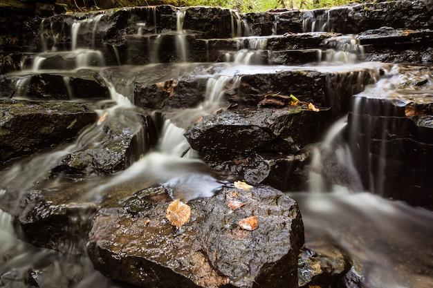 小さな川の上の小さな滝