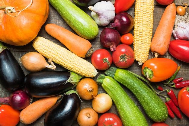 さまざまな野菜や果物のレイアウト。