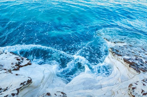Белые скалы у моря. морское побережье, волны. отдых у моря.