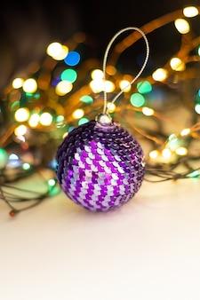 スパンコールで飾られた光沢のあるクリスマスボール。セレクティブフォーカスクリスマスのコンセプトです。閉じる。