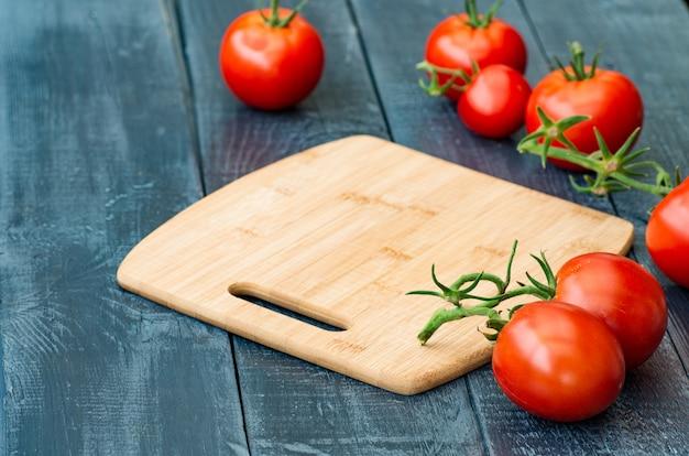 木製の背景に熟した赤いトマト
