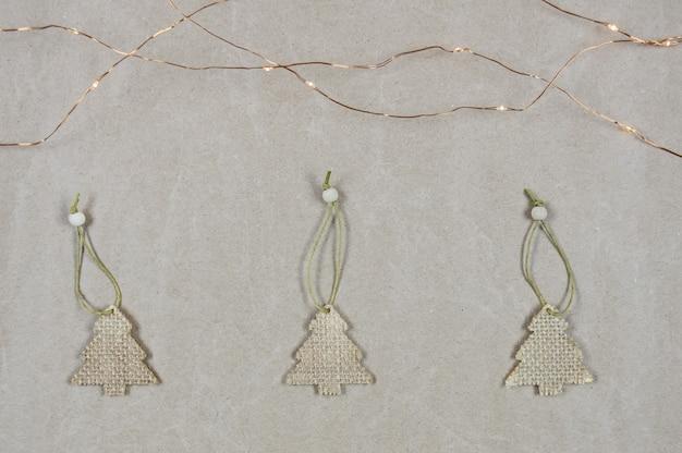 Рождественская елка композиция из рождественских украшений на бумаге