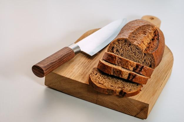 グルテンフリーの全粒ライ麦パンをスライスしました。
