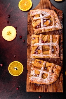 Вкусный свежий пирог, запеченный с яблоками, грушами и ягодами. свежая выпечка для вкусного завтрака