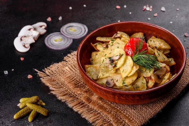 素朴なジャガイモのくさびとチーズとハーブ、トマトソースが黒い表面に焼きたてのジャガイモとパセリ