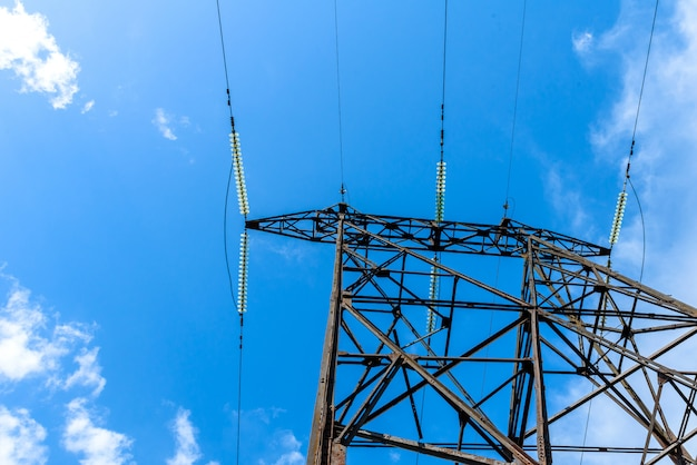 下から高電圧電気柱。高電圧電気タワー。高圧送電鉄塔