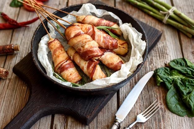Ролл с беконом и куриным фаршем на рагу со свежей спаржей и специями